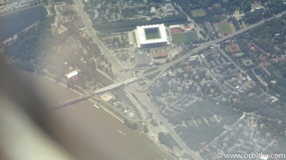Rzut oka na spalony most łazienkowski w dole